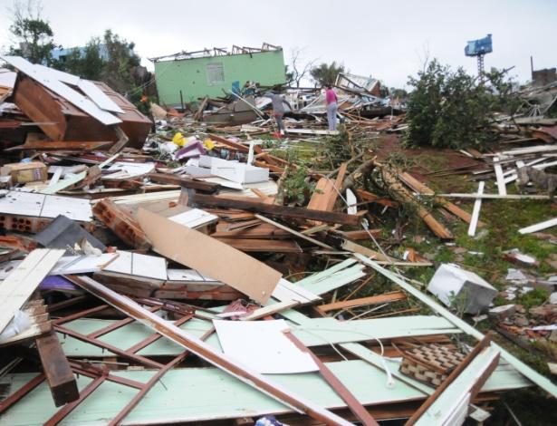 21abr2015---casas-ficaram-destruidas-apos-a-passagem-de-tornado-no-municipio-de-xanxere-no-interior-de-santa-catarina-nessa-segunda-duas-pessoas-morreram-e-cerca-de-120-ficaram-feridas-em-razao-do-1429643993599_615x470