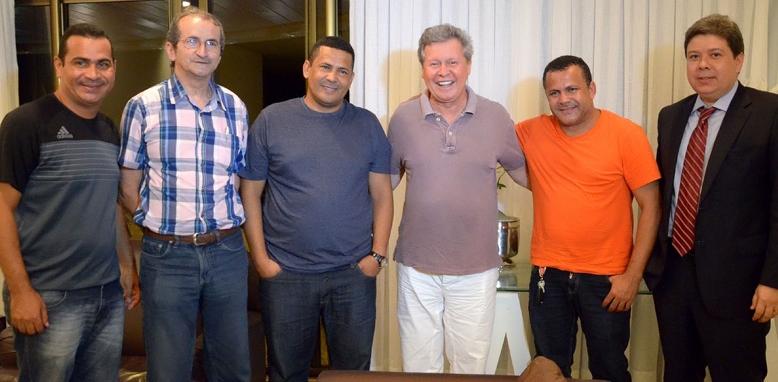 O prefeito Arthur Virgílio Neto mexeu o tabuleiro político para acomodar o membro da família Oliveira, Jaildo (à esquerda) na CMM (Foto: Mário Oliveira/Semcom/23/04/2014)
