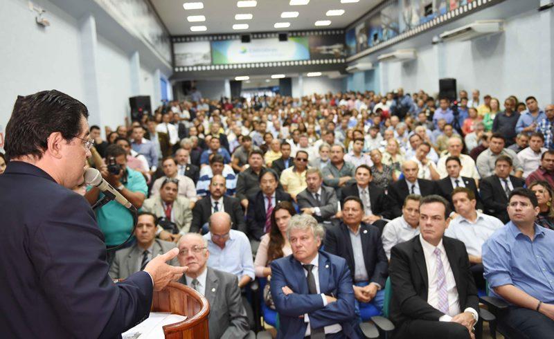 O ministro Eduardo Braga participou de evento com a participação de políticos e empresários na sede da Eletrobras Amazonas Energia (Foto: Divulgação)