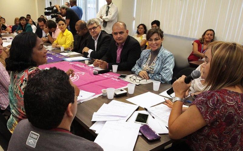 Secretário chefe da Casa Civil, Márcio Noronha, reunido com vereadores e representantes entidades de defesa das mulheres na manhã desta sexta-feira (Foto: Tiago Correa/CMM)
