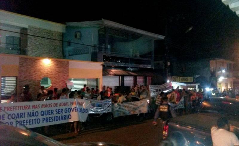 Manifestantes se concentraram em frente à Câmara Municipal de Coari na noite desta quinta-feira, 9, para protestar contra a manobra para eleger o filho de Adail Pinheiro prefeito tampão (Foto enviada por leitor de Coari)