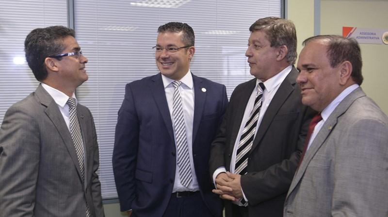 José Filho, com o presidente da ALE, Josué Neto, e os deputados David Almeida (à esquerda) e Orlando Cidade (Foto: TCE/Divulgação)