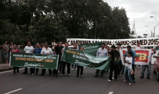 Professores realizaram ato público em frente à sede do governo, mas o movimento foi esvaziado (Foto: Divulgação)