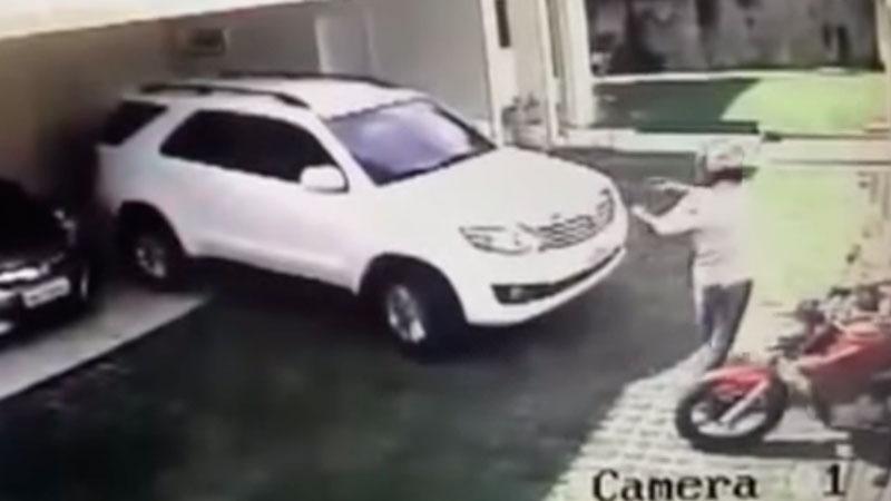 Momento em que o homem começa a atirar no promotor Paulo Stélio, na garagem do condomínio onde ele mora (Foto: Reprodução/circuito interno de TV)