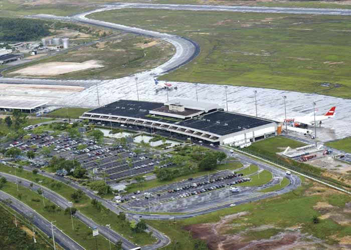 Vista aérea do Aeroporto Internacional Eduardo Gomes - Manaus (AM). O Aeroporto Internacional Eduardo Gomes equivale a uma pequena cidade em pleno desenvolvimento. Responsável pelo emprego de aproximadamente 4 mil pessoas, entre empregados da Infraero, órgãos públicos, concessionários, empresas aéreas e de serviços auxiliares, oferece uma moderna infra-estrutura aeroportuária. O aeroporto possui dois terminais de passageiros. Um para atender aeronaves de maior porte, que operam vôos domésticos e internacionais, e outro para receber aviões de menor porte, utilizados em vôos regionais. Além dessa estrutura, o complexo aeroportuário dispõe de três terminais de carga: o Terminal I inaugurado, em 1976; o Terminal II, em 1980; e o Terminal de Cargas III, em 2004.  O Terminal de Passageiros I tem seis pontes de embarque/desembarques, sendo cinco fixas e uma móvel, três salas de desembarque doméstico e uma sala de desembarque internacional, quatro salas de pré-embarque doméstico e uma sala de pré-embarque internacional, cerca de 36 balcões de check-in, estacionamento para aproximadamente 700 veículos e guaritas de segurança espalhadas em todo complexo aeroportuário.  No saguão, o aeroporto oferece uma diversidade de serviços e produtos. Entre eles serviços bancários, oferecidos pelos postos dos bancos do Brasil e Real, além dos caixas eletrônicos dos bancos do Brasil, Itaú, Bradesco, da Amazônia, HSBC e Real. Também dispõe de lojas de artesanatos, bebidas importadas, drogaria, bomboniere, confecções, perfumaria, chocolataria, lanchonetes, cafeteria, locadoras de veículos, casa de câmbio, fraldário, lojas de turismo, tabacaria, sorveteria e táxis. Em seu terraço panorâmico, o aeroporto oferece serviços de chopperia e restaurante. O Aeroporto Internacional Eduardo Gomes é o terceiro em movimentação de cargas do Brasil, por onde passa a demanda de importação e exportação do Pólo Industrial de Manaus. Por isso, a Infraero investiu na construção do terceiro terminal de cargas
