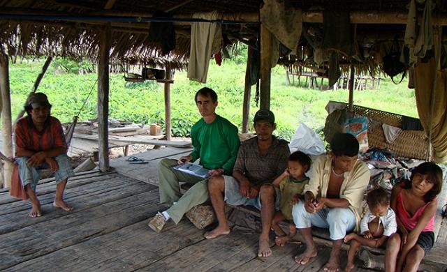 O pesquisador  com Moacir Haverroth com índios da etnia Kulina, beneficiados na ação (Foto: Divulgação)