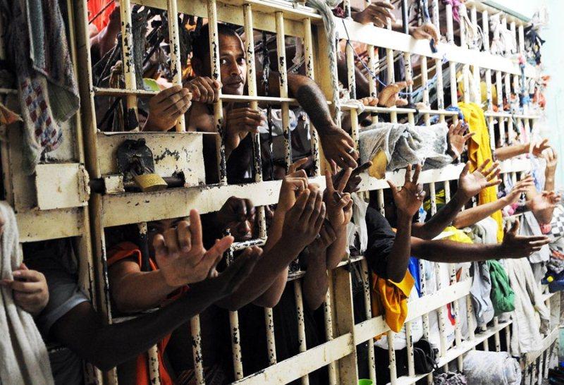 Superlotação e domínio de facções criminosas estão entre os principais problemas dos presídios brasileiros.