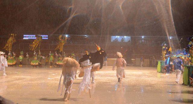 Chuva atrapalhou a primeira noite do Caprichoso, mas o boi desistiu de cancelar as notas dos jurados (Foto: Chico Batata)
