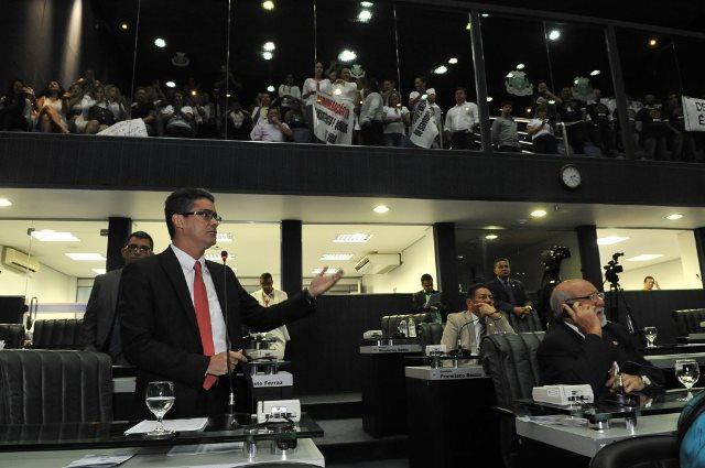 O líder do governo, deputado David Almeida, defendeu a matéria e pediu que a base votasse em peso (Foto: Hudson Fonseca/ALE)