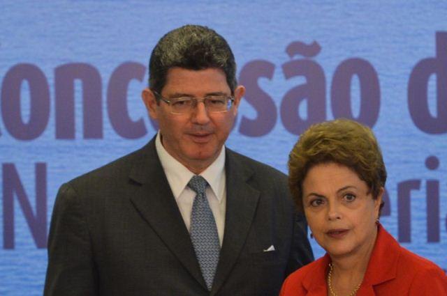O ministro da fazenda, Joaquim Levi e a presidente Dilma Rouseff participam de cerimônia de assinatura do contrato de concessão da Rodovia BR-101/RJ - Ponte Rio-Niterói (Antonio Cruz/ Agência Brasil)