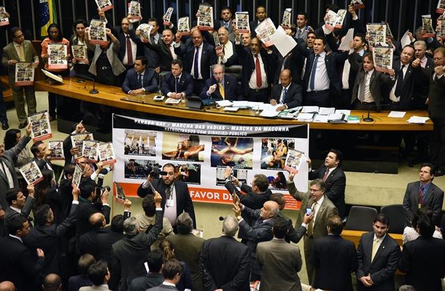 Deputados protestaram contra o que chamaram de blasfêmia e crime contra símbolos religiosos (Foto: Luiz Macedo/Câmara dos Deputados)
