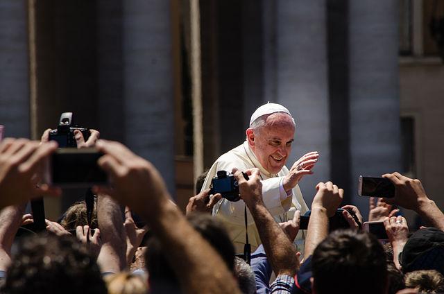 Papa Francisco na Praça São Pedro Foto Alfredo Borba Wikimedia Commons