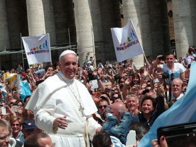 Papa Francisco na Praça São Pedro Foto Edgar Jimmenez Wikimedia Commons