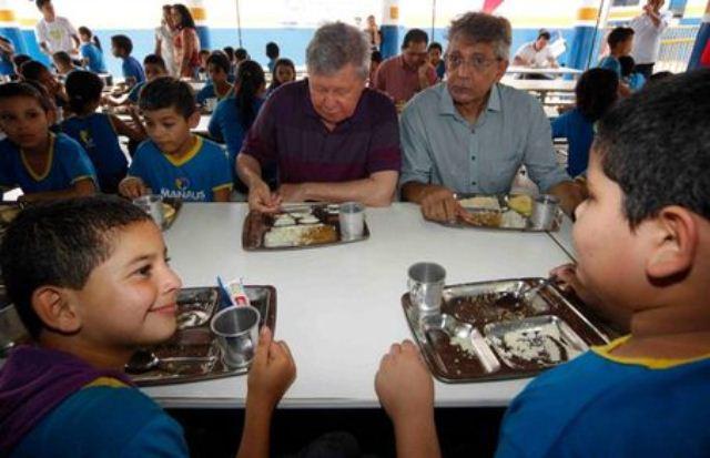 Arthur Virgílio Neto e Pauderney Avelino no lançamento do Programa de Merenda Escolar, em 2013 (Foto: Divulgação/Semcom)