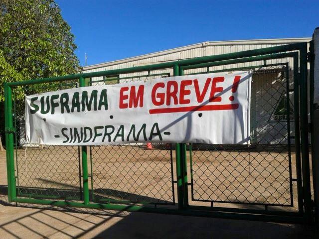 Greve dos funcionários da Superintendência da Zona Franca de Manaus (Suframa), que completa 25 dias nesta quarta-feira (17/06). Por conta da greve, mais de 1.100 carretas estão retidas em portos de Manaus. A greve acontece como forma de protesto ao veto da presidente Dilma Rousseff à medida provisória 660, que determina a reestruturação do plano de cargos e carreiras da categoria. A greve acontece em todos os cinco estados e 14 unidades em que a Suframa atua. A paralisação conta com aproximadamente 95% de adesão.  Foto: Assessoria de Comunicação SINDFRAMA