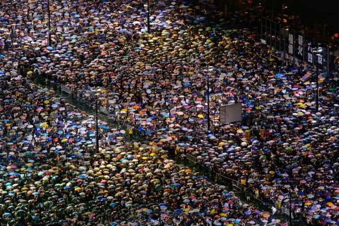 Milhares de pessoas participaram de uma vigília em Hong Kong em homenagem as vítimas do Massacre da Praça da Paz Celestial (Poon Zoi-syu/The Epoch Times)