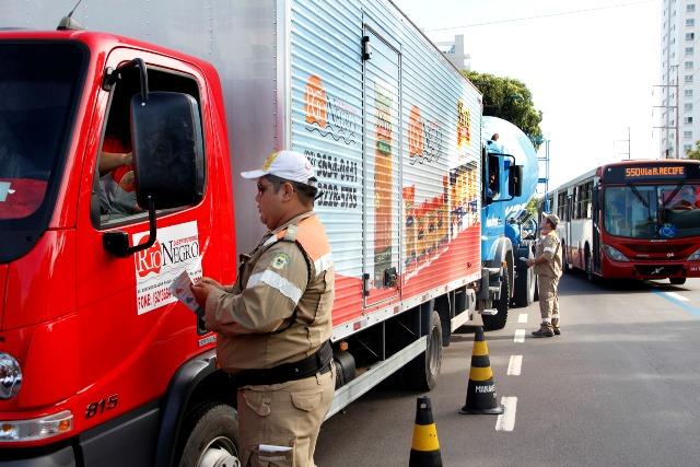 MANAUS/AM - 20-07-15  MANAUSTRANS REALIZA FISCALIZAÇÃO DE VEÍCULOS PESADOS NA AV. RECIFE. FOTO: KARLA VIEIRA/ SEMCOM.