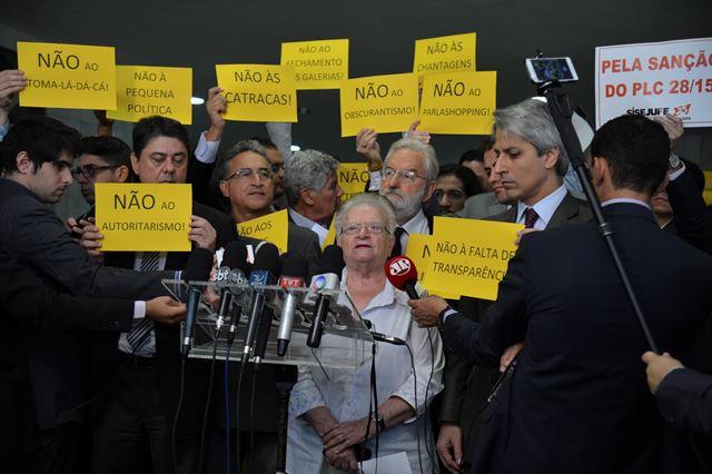 O deputada Luíza Erundina e parlamentares do PSOL protestam no Salão Verde da Câmara contra o presidente da Casa, Eduardo Cunha (José Cruz/Agência Brasil)