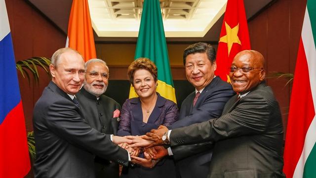 05/07/2015- A presidente Dilma Rousseff embarcará nesta semana para Ufá, na Rússia, onde participará na próxima quinta-feira (9) da VII Cúpula do Brics, grupo formado pelos países emergentes Brasil, Rússia, Índia, China e Africa do Sul.Esta será a segunda viagem internacional da presidente nos últimos 15 dias. Na foto Da esquerda para a direita: Vladimir Putin (Rússia), Narendra Modi (Índia), Dilma (Brasil), Xi Jinping (China) e Jacob Zuma (África do Sul).