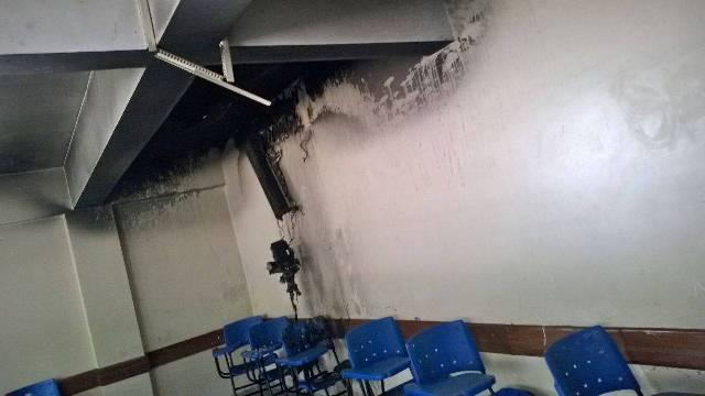 A sala de aula ficou parcialmente destruída com o incêndio (Foto: Divulgação)