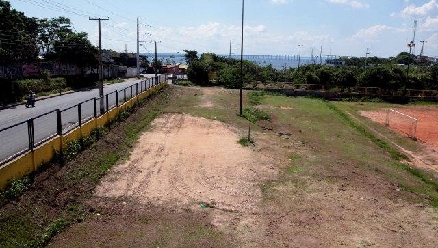 Ao lado do campo de futebol da mini vila olímpica será construído o estacionamento (Foto: Robervaldo Rocha/CMM)