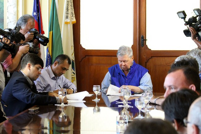 O prefeito Arthur Virgílio Neto assinou na tarde desta terça-feira o contrato de concessão do Zona Azul (Foto: Mário Oliveira/Semcom)