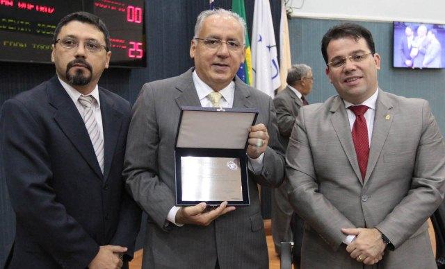 Helder Cavalcante recebeu placa pelos 60 anos do Hospital Alfredo da Matta (Foto: Tiago Corrêa/CMM)