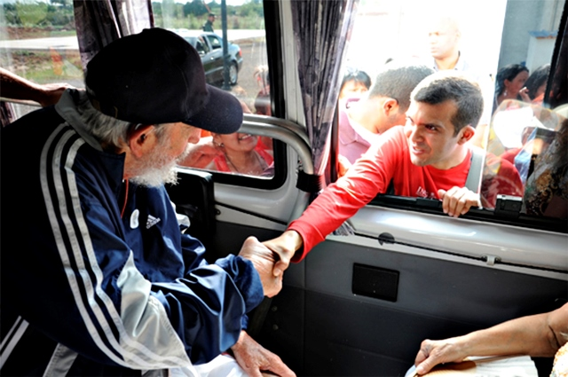 """04/04/2015- O ex-presidente cubano Fidel Castro, 88 anos, fez na segunda-feira (30) sua primeira aparição pública em mais de um ano e estava """"cheio de vitalidade"""", de acordo com informações da imprensa oficial publicadas neste sábado (4). Na ocasião, ele se encontrou com uma delegação venezuelana. Foi sua primeira aparição fora de sua casa desde que, em dezembro, Cuba concordou em normalizar suas relações com os Estados Unidos, tradicional adversário de Fidel."""
