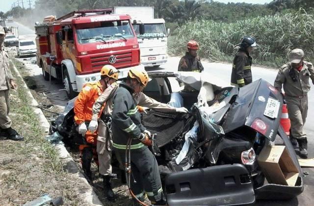 O carro do médico ficou totalmente destruído no acidente (Foro: Divulgação/Corpo de Bombeiros)