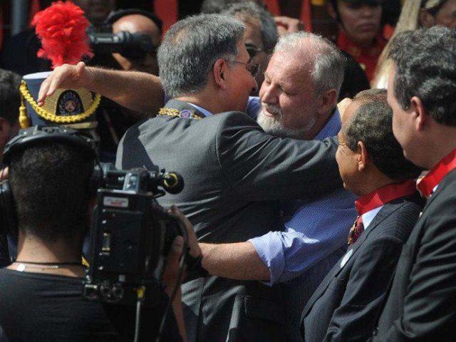 João Pedro Stedile com o governador de Minas Gerais, Fernando Pimentel (Foto: Divulgação/MST)