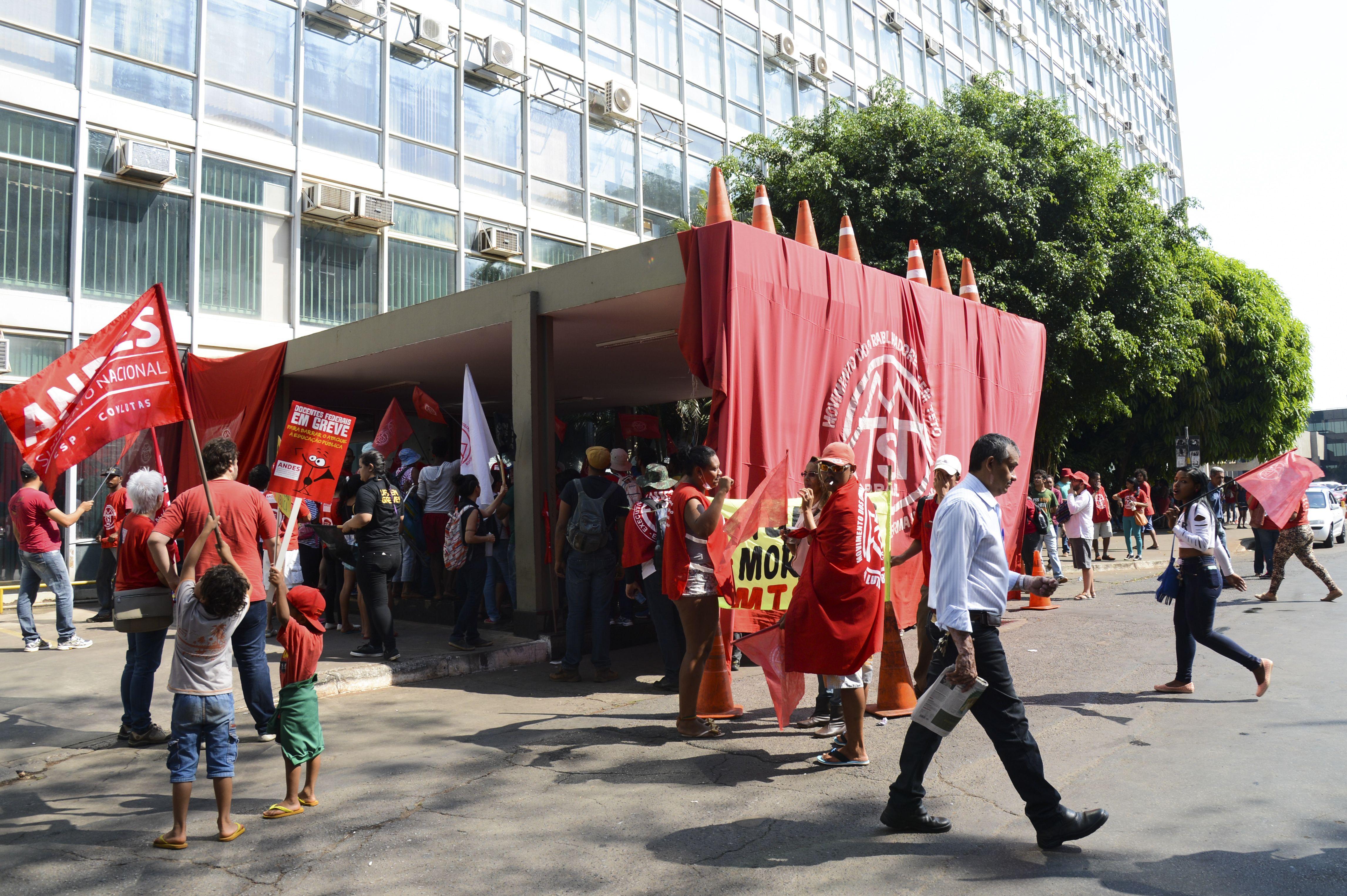 Manifestantes de movimentos sociais, tentam invadir o prédio do Ministério da Fazenda, em Brasília (Elza Fiuza/Agência Brasil)