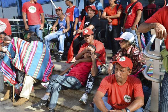 Brasília - Manifestantes ligados a movimentos sociais ocupam o Ministério das Cidades  Elza FiúzaAgência Brasil