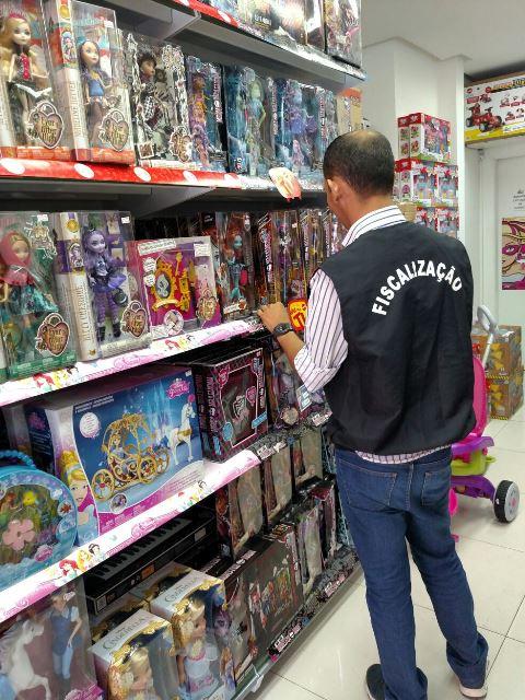 Fiscalização Procon brinquedos armas Foto Divulgação Procon Manaus