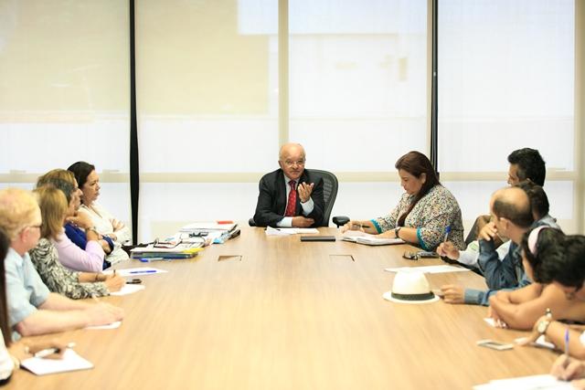 O governador José Melo reunido com representantes de entidades de defesa dos deficientes (Foto: Vitor Souza/Secom)