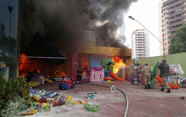 Loja de brinquedos, no Vieiralves, pegou foto no início da tarde deste sábado (Foto: Divulgação/Corpo de Bombeiros)