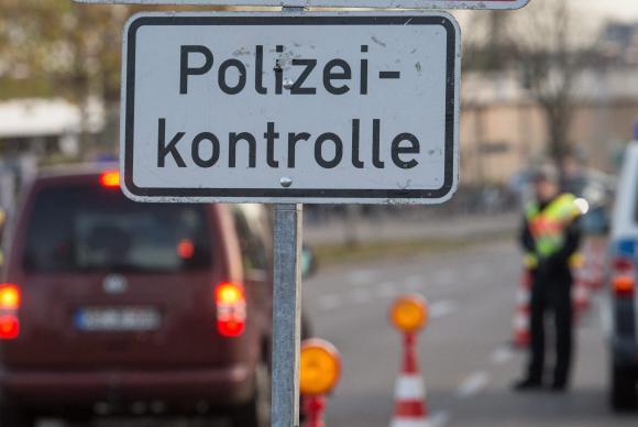 Fronteiras da França passaram a ser monitoradas com mais rigor depois dos atentados (Foto: EPA/Agência Lusa)