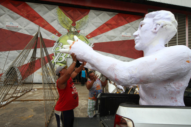 MANAUS-AM-11-02-15- TRABALHO NOS BARRACOES DAS ESCOLAS DE SAMBA DE MANAUS. FOTOS: ARLESSON SICSU/SEMCOM.