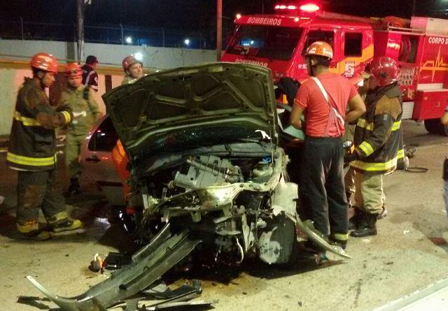 Carro rodou várias vezes na pista antes de bater contra o meio-fio (Foto: Corpo de Bombeiros)