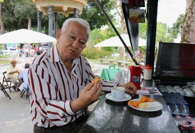 Evandro Carreira tomando café com tucumã, no Café do Pina, na Praça da Polícia (Foto: Valter Calheiros)