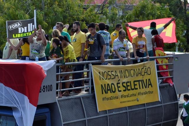 Carro de som contratado pelo PPS e a faixa que desagradou a militância tucana em Manaus (Foto: Valmir Lima)
