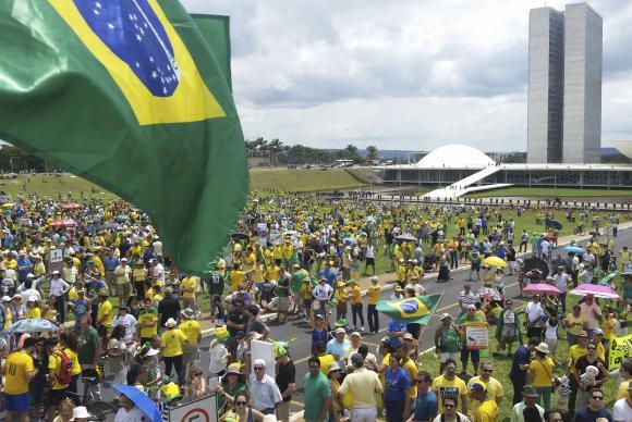 Manifestantes Brasília Vestidos com camisetas nas cores verde e amarelo, manifestantes se reúnem em Brasília a favor do impeachment da presidenta Dilma RousseffValter CampanatoAgência Brasil