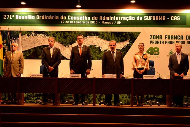 O prefeito Arthur Virgílio Neto (à direita) cobrou recursos federais para a prefeitura recuperar as ruas do DI (Foto: Valmir Lima)