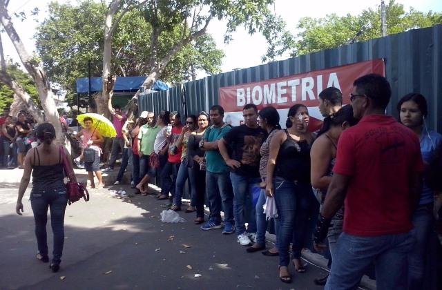 Filha em frente ao prédio do TRE-AM para agendar o cadastramento biométrico (Foto: Rosário Silva)