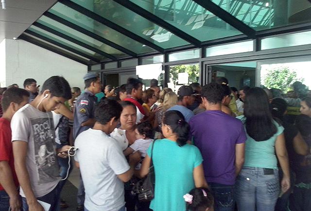 Na porta do Anexo do TRE-AM, onde é feito o agendamento, os eleitores se aglomeravam na manhã desta quinta-feira (Foto: Rosário Silva)