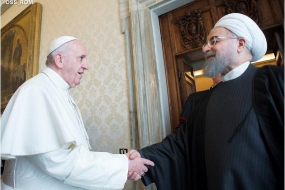 O papa Francisco cumprimenta o presidente do Irã, Hassan Rohani, em visita ao Vaticano L'Osservatore Romano