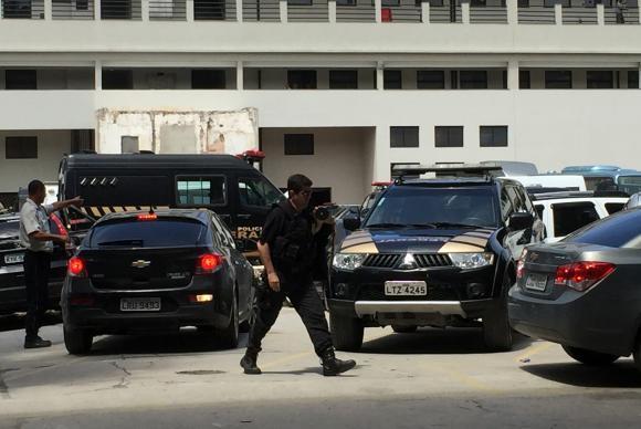Agente chega à sede da Polícia Federal, no Rio de Janeiro, levando malotes Cristina Índio do Brasil Agência Brasil