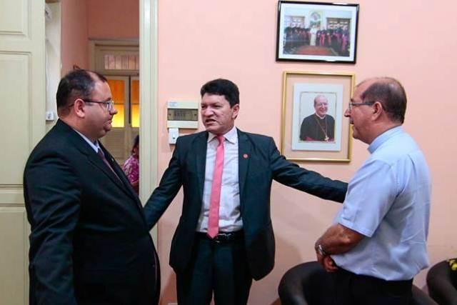 O presidente da OAB, Marco Aurélio Choy, o coordenador da comissão da OAB, Carlos Santiago e o arcebispo dom Sérgio Castriani (Foto: Divulgação)