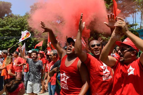 Manifestantes fazem ato em frente à sede da Rede Globo, no Jardim Botânico, em apoio ao ex-presidente Luiz Inácio Lula da Silva Fernando FrazãoAgência Brasil