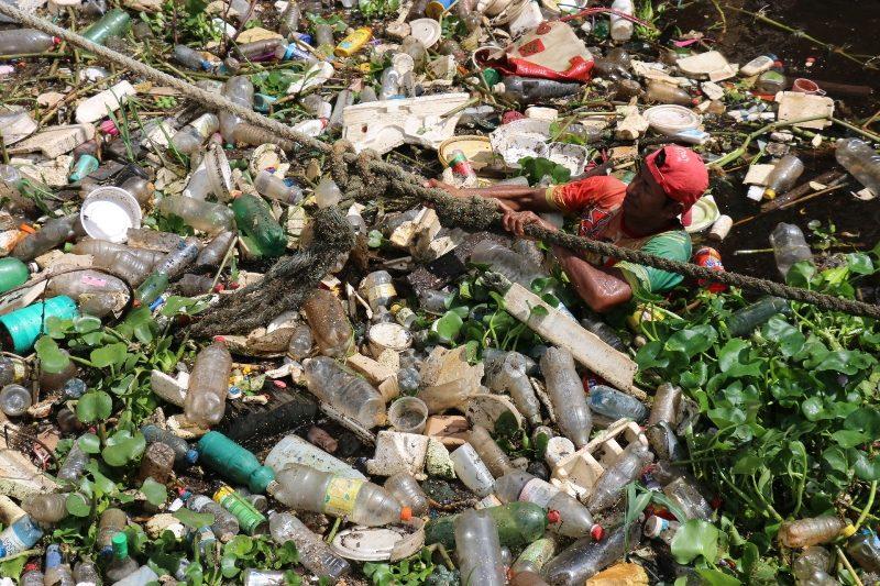 lixo nos igarapés de Manaus
