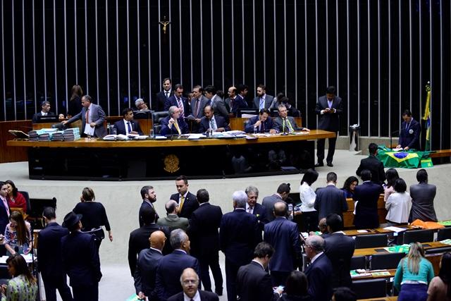 Plenário da Câmara ficou diversas vezes esvaziado durante as discussões (Foto: Nilson Bastian/Câmara dos Deputados)